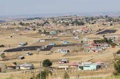 Typische ländliche Häuser des Afrikaners Berühmter Kanonkop Weinberg nahe malerischen Bergen am Frühling Lizenzfreies Stockfoto
