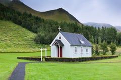 Typische ländliche isländische Kirche am bewölkten Tag Lizenzfreies Stockbild