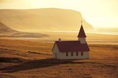 Typische ländliche isländische Kirche an der Seeküstenlinie Lizenzfreie Stockfotografie