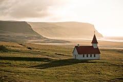 Typische ländliche isländische Kirche an der Seeküstenlinie Lizenzfreie Stockfotos