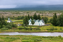 Ländliche isländische Kirche, Kirchhof und Häuser an Thingvellir Park Lizenzfreie Stockfotos