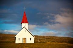 Typische ländliche isländische Kirche unter einem blauen Sommerhimmel Lizenzfreies Stockfoto