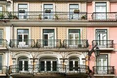 Fliesenfassade mit h lzernen fenstern typische lissabon for Architektur lissabon