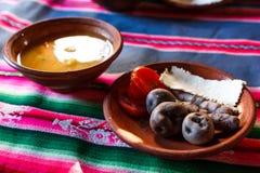 Typische maaltijd met Peruviaans voedsel, Amantani-Eiland, Titicaca-meer, Peru stock fotografie