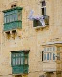 Typische maltesische bedeckte Balkone in Valletta Stockbilder