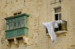 Typische maltesische bedeckte Balkone in Valletta Stockfotografie
