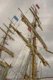 Typische Maste und Takelung mit Seilen und Kabeln eines Großseglersegelboots während auf einem Besuch nach Belfast, Nordirland im Stockfotos