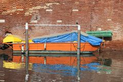 Typische mening van de smalle kant van het kanaal, geparkeerde boot Venetië, Italië Stock Fotografie