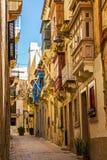 Typische mooie smalle steeg in Birgu, Vittoriosa - één van de Drie versterkte Steden van Malta stock fotografie