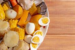 Typische Nahrung von Südamerika nannte puchero Krautmahlzeiten untergebracht auf einem Brunnen Brunnen mit Nahrung auf einer rust stockbilder