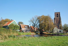 Typische Nederlandse dorp-kerk toren-kleurrijke huizen royalty-vrije stock afbeelding