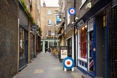 Typische Newburgh-straat met baksteenhuizen en bar in Londen Stock Foto