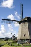Typische niederländische Polderlandschaft mit Windmühlen lizenzfreie stockbilder