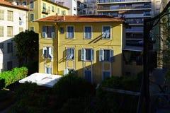 Typische Nizza alte Stadtansicht, Sommertag Lizenzfreie Stockbilder