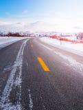 Typische Noorse weg in de winter Stock Foto's