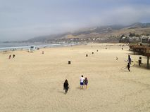 Typische Ochtend bij het Strand van Californië als Mensengang op Zand royalty-vrije stock fotografie