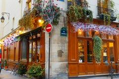 Typische Parijse die koffiekerstmis in Parijs wordt verfraaid Stock Afbeeldingen