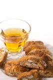 Typische Plätzchen Toskana mit Mandeln mit einem Glas Wein Lizenzfreie Stockfotografie