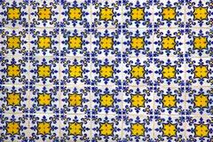 Typische portugiesische alte keramische Wand deckt Azulejos mit Ziegeln Lizenzfreies Stockbild