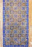Typische portugiesische alte keramische Wand deckt Azulejos, Portugal mit Ziegeln Lizenzfreies Stockbild