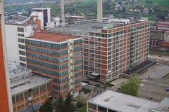 Typische rechthoekige industriële die gebouwen van rode bakstenen en verticale vensters op het oude fabrieksgebied worden gemaakt Stock Afbeelding