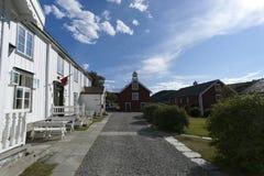 Typische rode en witte Skandinavische blokhuizen Stock Afbeelding