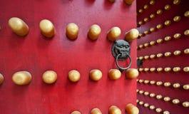 Typische rote Tür des chinesischen Palastes Stockbilder