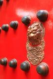 Typische rote Tür des chinesischen Palastes Stockfotografie
