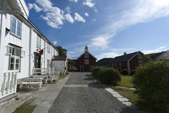 Typische rote und weiße skandinavische Holzhäuser Stockbild