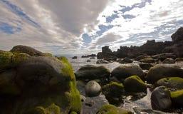 Typische rotsen op de kust van de oceaan Stock Foto's