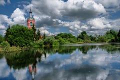 Typische russische Landschaft mit alter Kirche lizenzfreie stockfotos