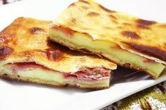 Typische Siciliaanse sfogliapizza met ham en kaas Royalty-vrije Stock Afbeelding
