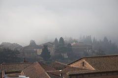 Typische Siena-Häuser im starken Nebel Toskana, Italien Lizenzfreie Stockbilder