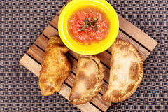 Typische spanische empanadas mit Salsa pökeln stockfoto