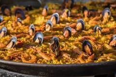 Typische spanische Meeresfrüchtepaella in der nahen Ansicht der traditionellen Wanne Selektives focus4 lizenzfreie stockbilder