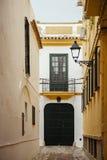 Typische spanische Straße mit alten Häusern in Andalusien Stockbild