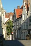 Typische Straße in Brugges, Belgien Lizenzfreies Stockfoto