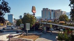 Typische Straße in der Mitte der Stadt von Sofia, Bulgarien stockbilder