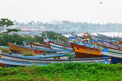 Typische Straße des Kollam-Piermarinesoldaten nah an Fischerbooten auf dem Strand von Kollam, Indien lizenzfreie stockbilder