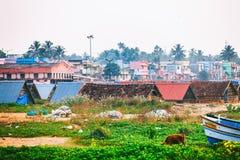 Typische Straße des Kollam-Piermarinesoldaten nah an Fischerbooten auf dem Strand von Kollam, Indien lizenzfreies stockbild