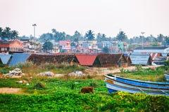 Typische Straße des Kollam-Piermarinesoldaten nah an Fischerbooten auf dem Strand von Kollam, Indien stockfotografie