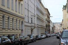 Typische Straße in im Stadtzentrum gelegenem Wien Lizenzfreie Stockbilder