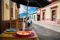 Typische Straße Mexikos in San Cristobal de Las Casas Stadt finden stockfotografie