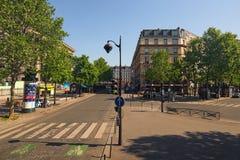 Typische Straße mit Straßencafé auf einer Ecke in einem Pariser Altbau Weg auf dem Vorstadtwald Reisen- und Tourismuskonzept lizenzfreies stockbild