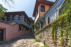 Typische Straße und Häuser vom Zeitraum der bulgarischen Wiederbelebung in der alten Stadt der Stadt von Plowdiw, lizenzfreies stockfoto