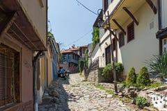 Typische Straße und Häuser vom Zeitraum der bulgarischen Wiederbelebung in der alten Stadt der Stadt von Plowdiw, lizenzfreie stockfotografie