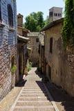 Typische Straße von Assisi, mittelalterliche italienische Stadt Lizenzfreies Stockbild