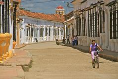 Typische Straße von wunderlichem ruhigem Mompos, Kolumbien Stockbild