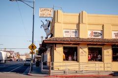 Typische Stra?enansicht in das historische Dorf der einzigen Kiefer - EINZIGE KIEFER CA, USA - 29. M?RZ 2019 stockfoto