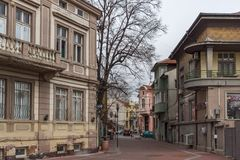 Typische straat en gebouwen in het centrum van stad van Plovdiv, Bulgarije stock afbeeldingen